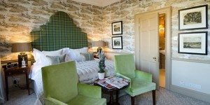 Guestroom with decorated walls and green bedding in Royal Crescent Hotel and Spa Bath