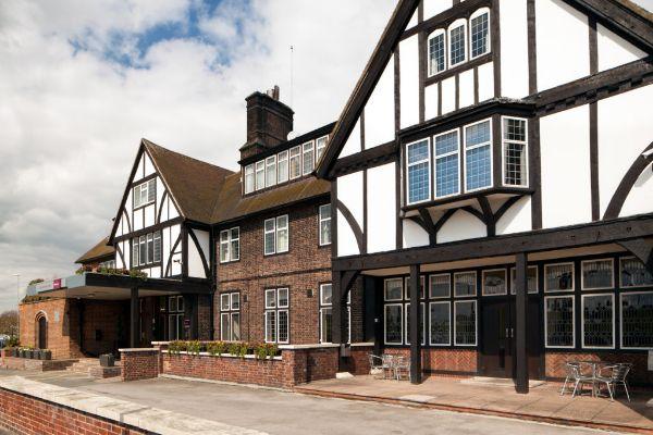 mercure-leeds-parkway-hotel-exterior-04-lr-160412-1022×1024