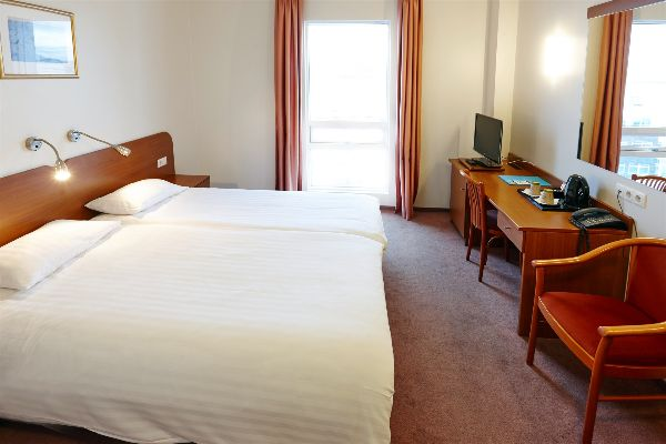 fosshotel-baron-double-and-twin-room-(2) (1)