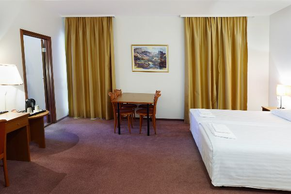 fosshotel-baron-quadruple-room-(3) (1)