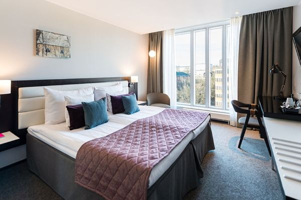 standard-twin-bed-room-bed-workplace-tv-window-clarion-hotel-stockholm